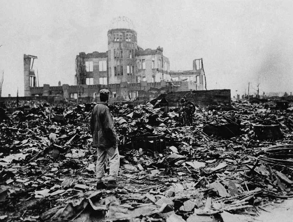2048x1536-fit_homme-observe-ruines-ville-hiroshima-apres-explosion-bombe-atomique-6-aout-1945
